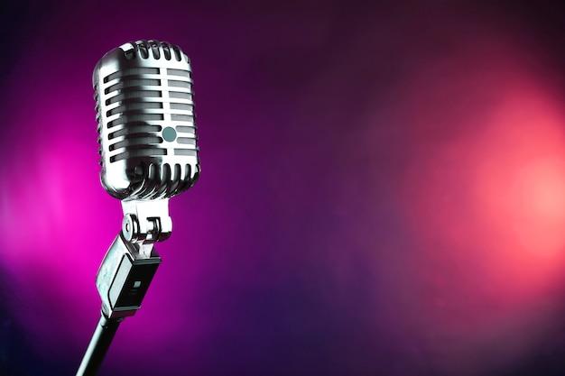 Microfone retrô em superfície colorida desfocada