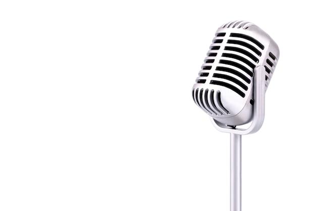 Microfone retrô isolado no fundo branco