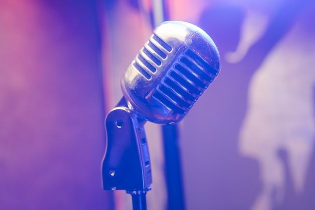 Microfone retrô no palco de um bar ou restaurante americano durante um show noturno