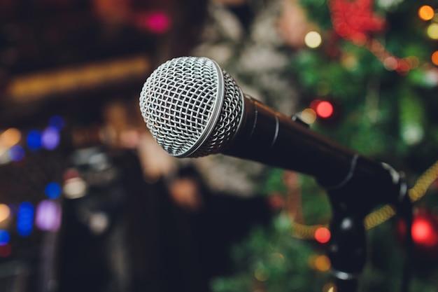 Microfone retrô no palco de um pub ou restaurante american bar durante um show noturno.