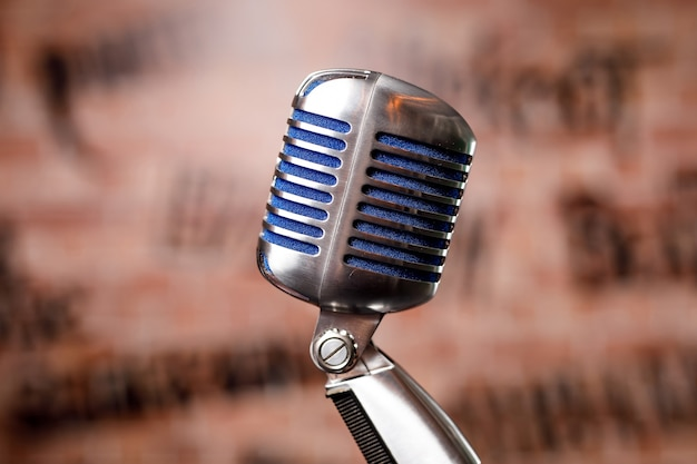 Microfone retrô no palco em um pub ou bar, restaurante durante um show noturno.