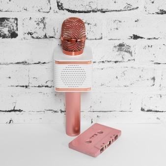 Microfone rosa e cassete velha