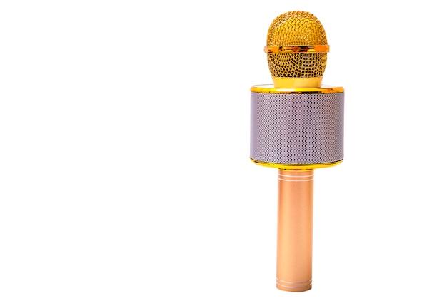 Microfone sem fio dourado isolado sobre fundo branco.