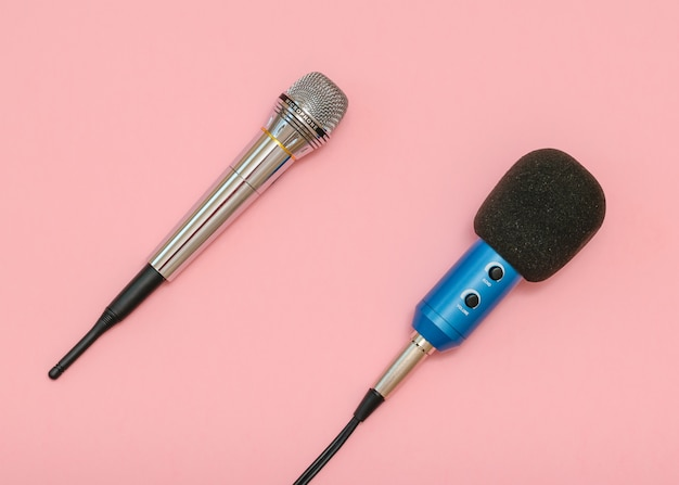 Microfone sem fio, microfone clássico com fio em uma mesa rosa