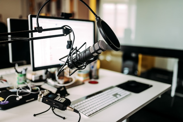 Microfone sobre a mesa no estúdio de rádio.