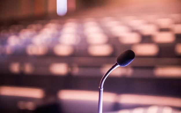 Microfone sobre o conceito borrado da sala de conferências.