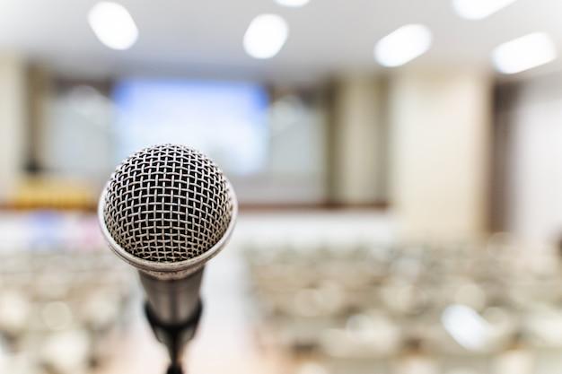 Microfone sobre o fórum borrado do negócio reunião ou treinamento da conferência que aprende o conceito da sala de treinamento