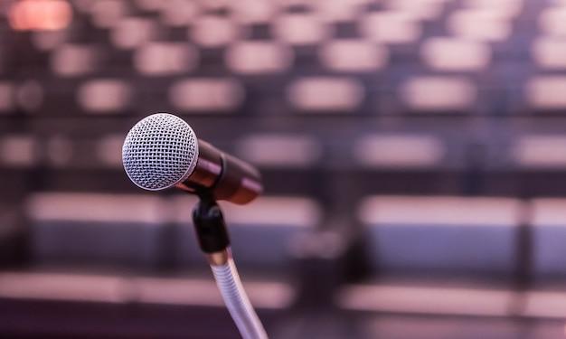 Microfone sobre o fórum de negócios turva sala de aprendizagem de reunião ou conferência