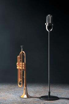 Microfone vintage com trompete de latão polido na luz volumétrica em um fundo preto.