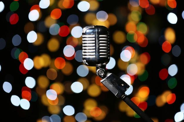 Microfone vintage contra luzes desfocadas