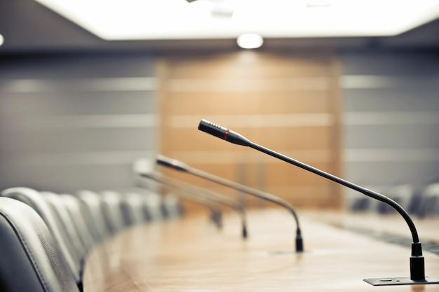 Microfones de conferência na sala de reuniões