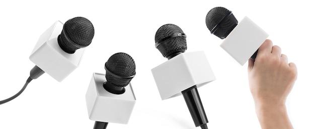 Microfones de mão profissionais isolados no branco