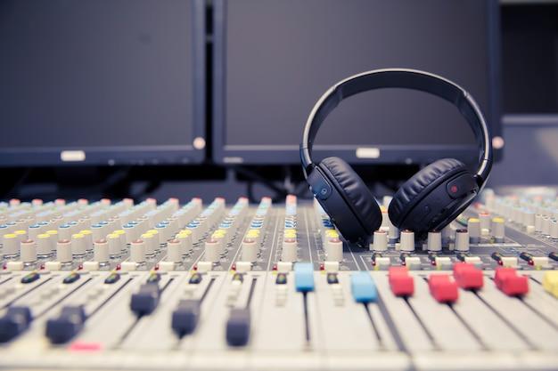 Microfones e fones de ouvido na sala de controle.