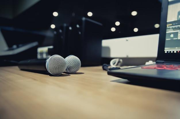 Microfones e laptop no estúdio.