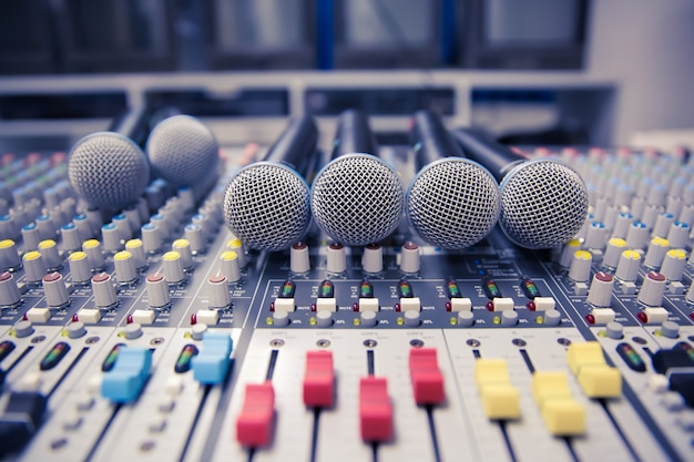 Microfones e mixer de som na sala de controle.