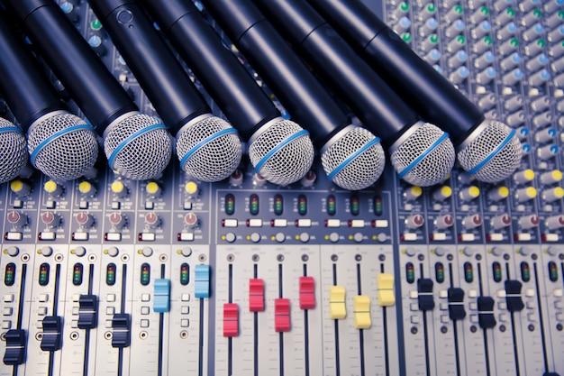 Microfones e sound mixer na sala de controle.