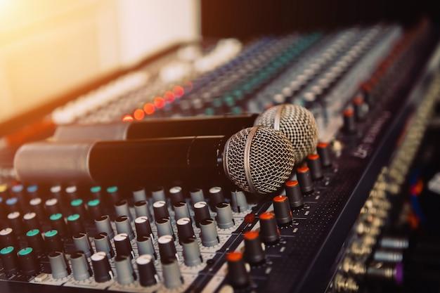 Microfones na sala de reuniões