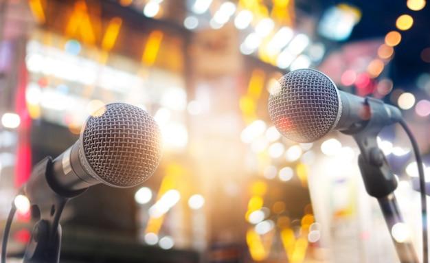 Microfones no palco em concerto no fundo de iluminação
