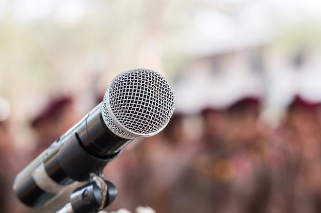 Microfones no resumo borrado do discurso na sala de seminário