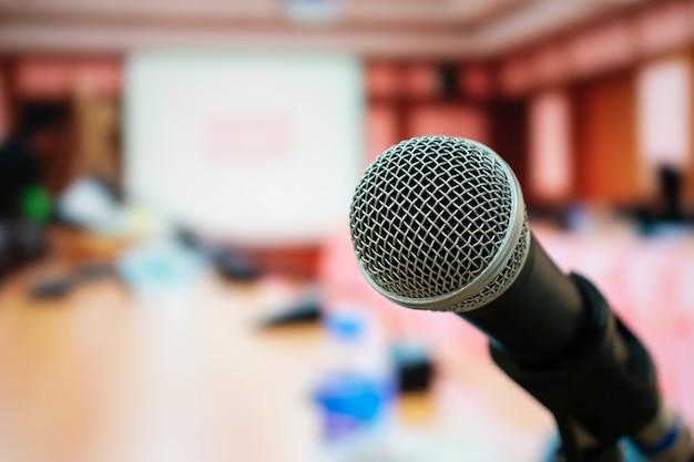 Microfones para fala ou fala em sala de seminários, falando para palestra