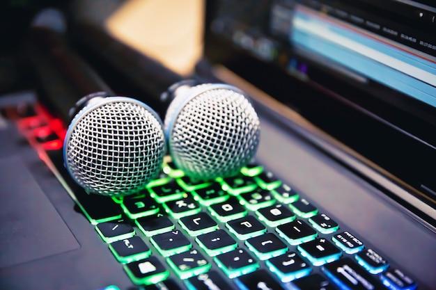 Microfones profissionais no teclado têm luz verde.