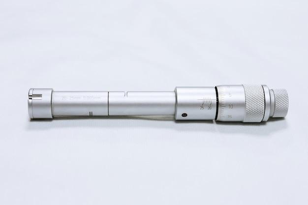 Micrômetro de calibração. dispositivo para medição precisa do diâmetro do furo.