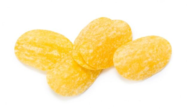 Microplaquetas de batata amarelas isoladas no branco