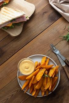 Microplaquetas de batata assadas com sanduíche de clube.