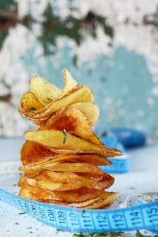 Microplaquetas de batata natural com sal do mar na dieta branca.