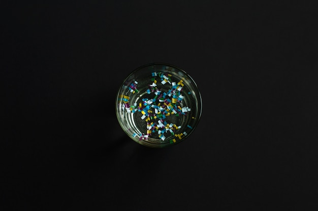 Microplástico em copo de água
