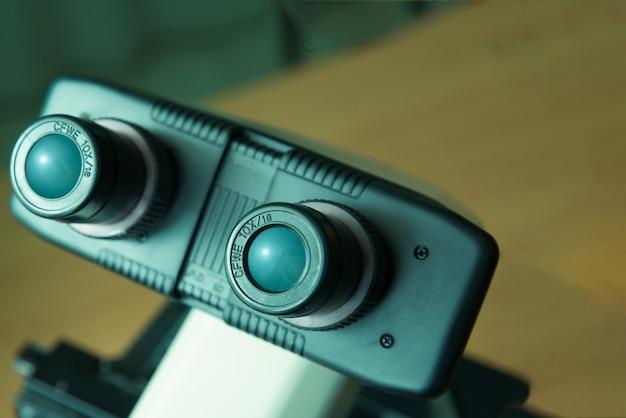 Microscópio close-up em laboratório