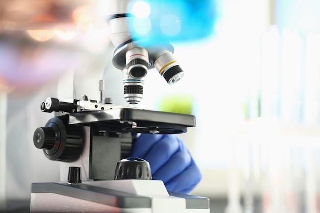 Microscópio de cabeça em laboratório