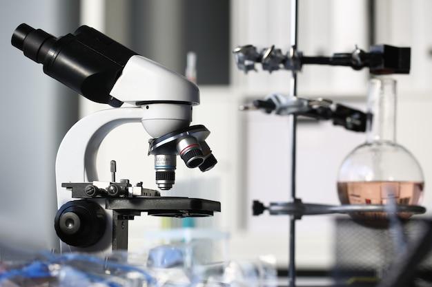 Microscópio de cabeça no laboratório de segundo plano
