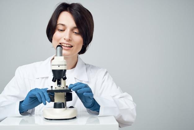 Microscópio de pesquisa científica de laboratório mulher cientista