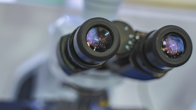 Microscópio digital em laboratório