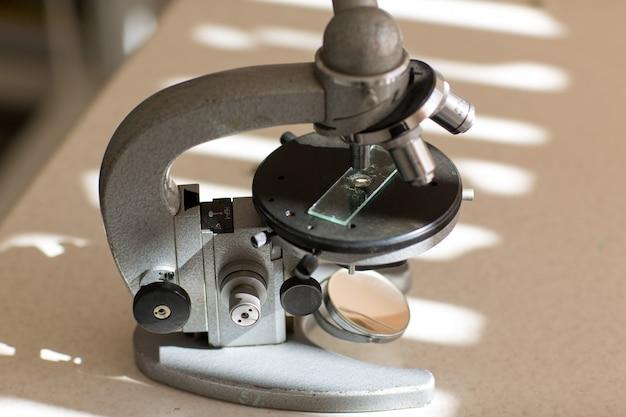 Microscópio em cima da mesa. testes de pesquisa na clínica.