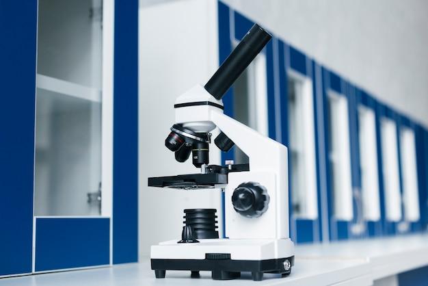 Microscópio em laboratório clínico