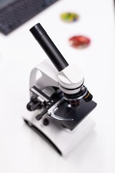 Microscópio médico bioquímico pronto para investigação clínica de amostra de dna biológico