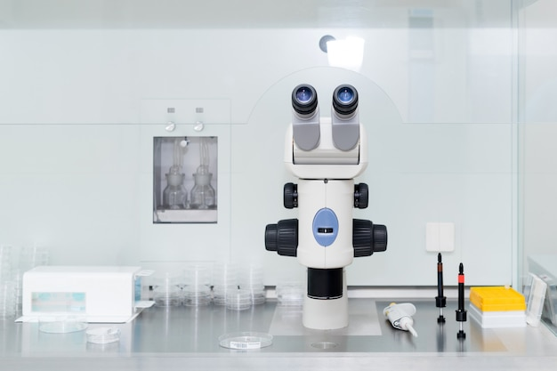 Microscópio moderno em laboratório de biotecnologia. equipamento em laboratório de fertilização.