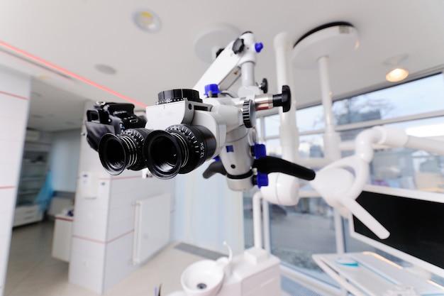 Microscópio odontológico em um fundo de uma clínica moderna