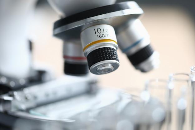 Microscópio para químico profissional closeup