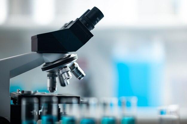 Microscópio profissional em laboratório, equipamentos científicos e ferramentas médicas para olhar em escala micro