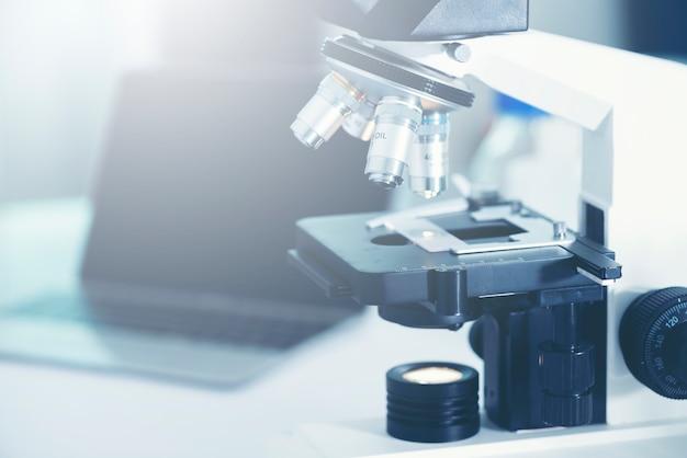 Microscópios para pesquisadores em laboratórios médicos