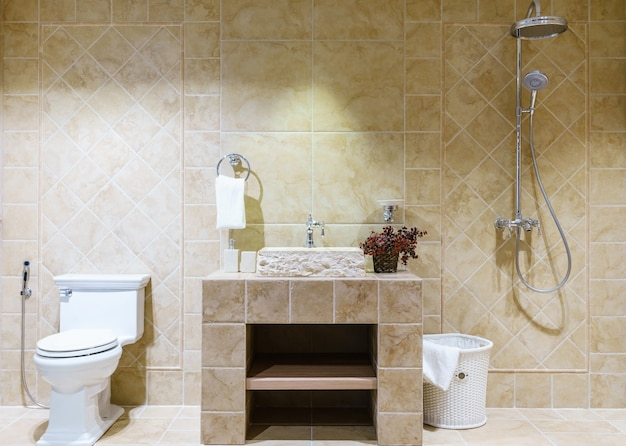 Mictório branco e lavatório e chuveiro no banheiro de granito, banheiro de luxo