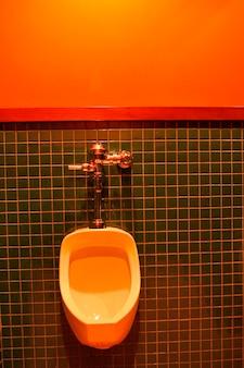 Mictório de banheiro na parede