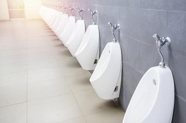 Mictório em banheiro masculino