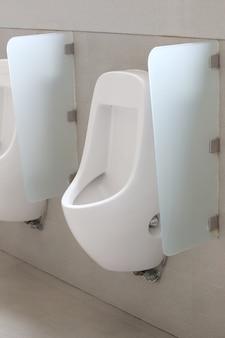 Mictório moderno no banheiro dos homens.