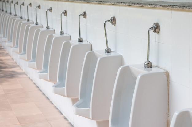 Mictório no banheiro dos homens