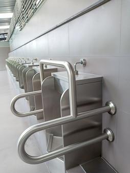 Mictórios de porcelana para aleijados e idosos em banheiro público