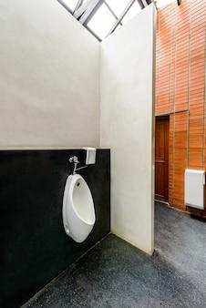 Mictórios em banheiro público